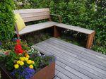 Gartenbank aus Cortenstahl mit Holzauflage und Blumenkübel